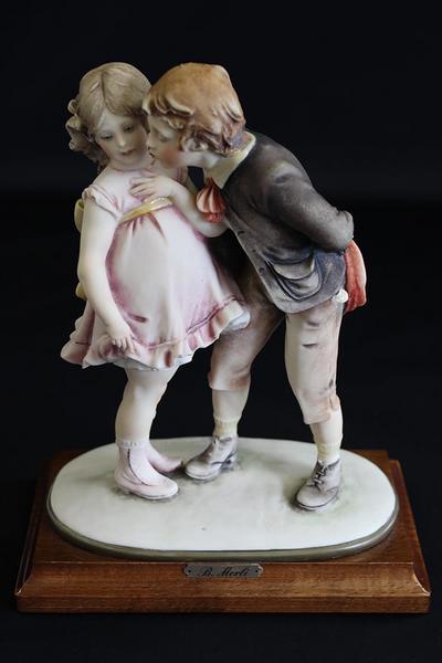 ■B.Merli B.メルリ■1981年カポディモンテ磁器■女の子にキス■