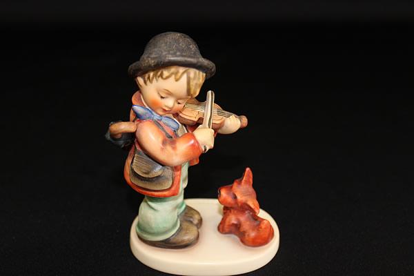 ゲーベルフンメル人形Puppy Love Violin Boy with Dog Fiddler